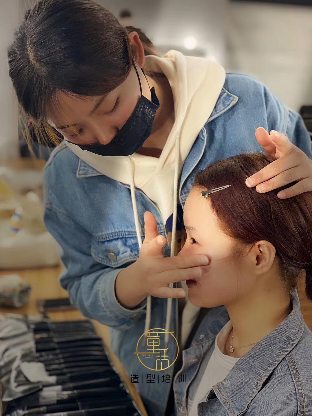 学生在学校期间怎么学习化妆呢?